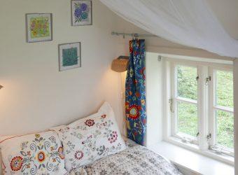schlafzimmer-mit-doppelbett-und-einzelbett-3