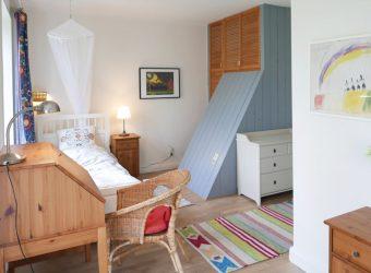 schlafzimmer-mit-doppelbett-und-einzelbett