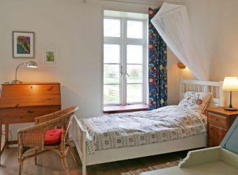 schlafzimmer-mit-doppelbett-und-einzelbett-4